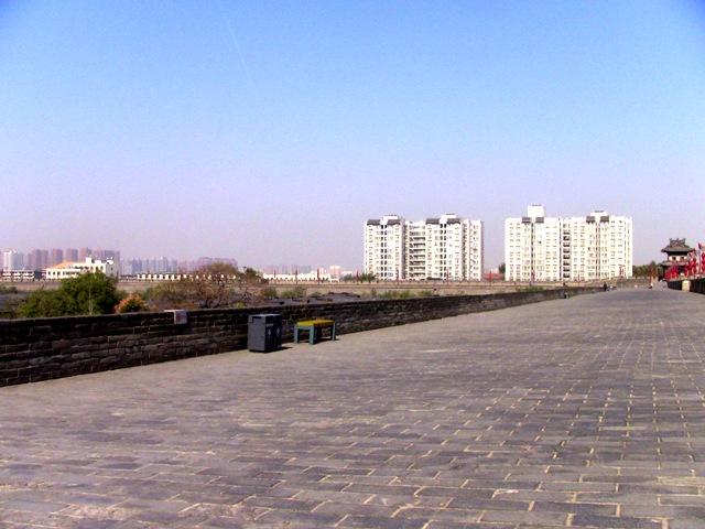 『 【西安.城壁】南門は美人モデルさんでいっぱい!入場料と登り方 』 ..朝陽門が見えてきました。この東門通りは2.6K程と比較的短い区間です。..