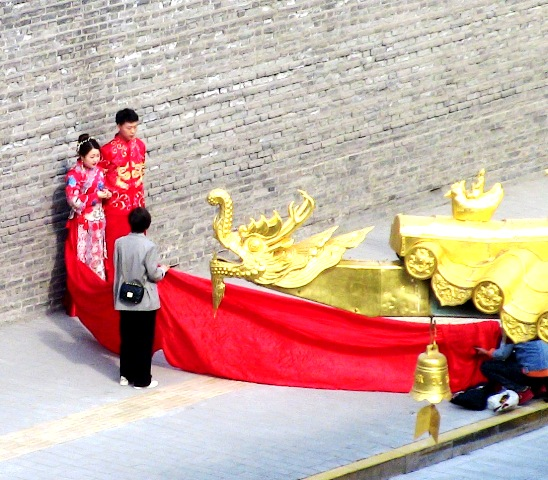 『 【西安.城壁】南門は美人モデルさんでいっぱい!入場料と登り方 』 ..ここでも結婚記念の写真撮影が行われていました。..
