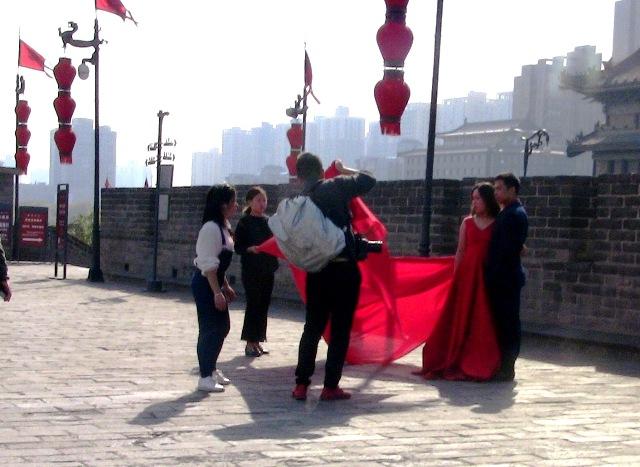 『 【西安.城壁】南門は美人モデルさんでいっぱい!入場料と登り方 』 ..玉祥門もほど近く、結婚記念写真撮影のポイントのようです。城壁の上では…..