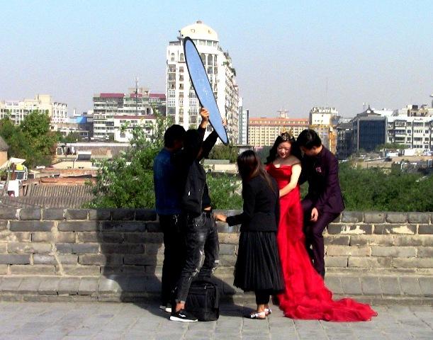 『 【西安.城壁】南門は美人モデルさんでいっぱい!入場料と登り方 』 ..電動カートも一時停止し、記念撮影を見守っています。更にこちらでも……..