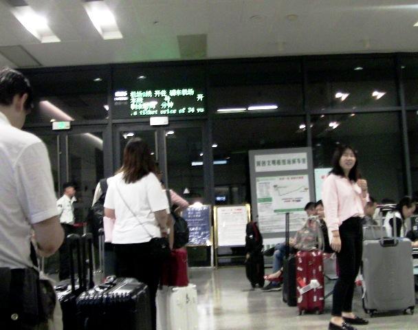 『 虹橋空港⇔浦東空港移動に空港バス無料チケットを利用してみた 』 ..トラベレーターを抜けたらエスカレーターで1Fに降り、バスが来るまで待機します。..