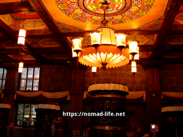 『 【九寨溝の現在】九寨溝が再開されましたが..時刻表と行き方は? 』 ..内部はチベット族特有の豪華な装飾が施されています。..