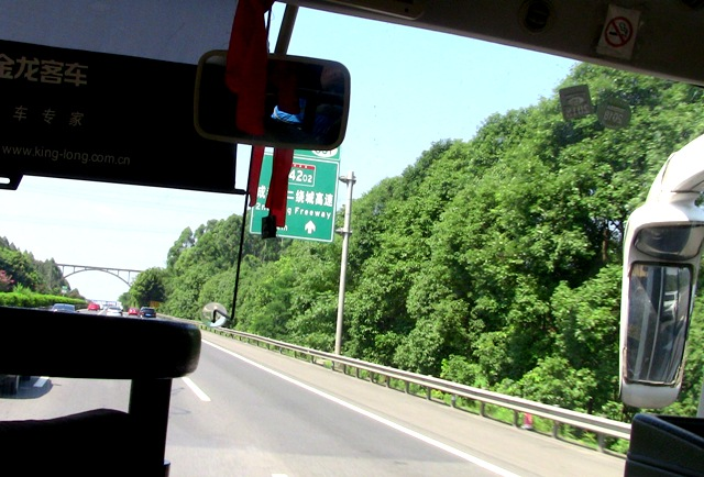 『 【楽山大仏】ツアーと路線バス利用は現地決定が得策かも…? 』 ..バスは肖坝旅游车站(楽山バスセンター)行きでバス前面には『乐山:楽山』というパネルを掲示してあります。バスは高速道路を利用しますので快適ですよ。..