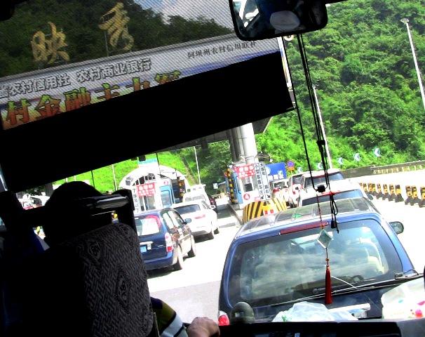 記事内容:【タイトル】 九賽溝,黄龍に向かう(1)について。【記事】「 高速道路料金所です。ここからチベット族の自治県になります。」