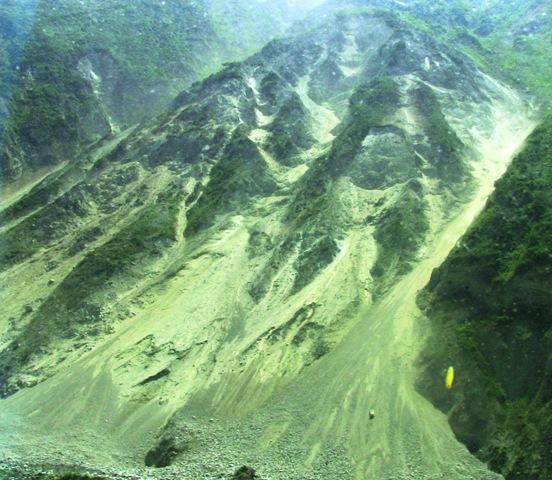記事内容:【タイトル】 九賽溝,黄龍に向かう(1)について。【記事】「 2008年5月に四川省チベット族チャン族自治州汶川県で発生した四川大地震の爪あとが今も生々しく残っています。」