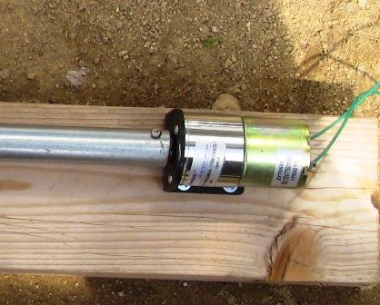 『 【温室自作】arduinoで温室の温度を調整する 』 ..パイプの芯を軸受けに差し込み、モーター取り付け金具の位置を決め、ネジで留めて固定します。..