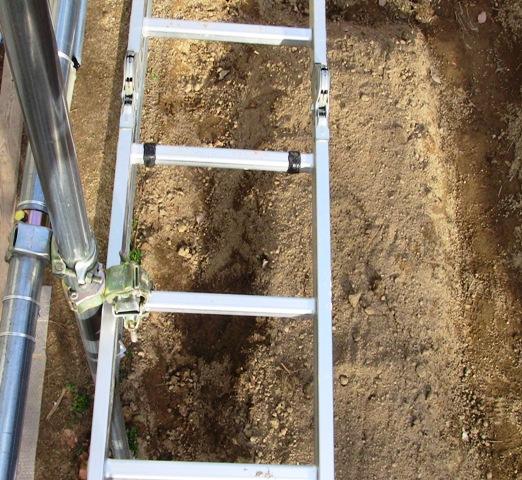 『 水耕栽培やハウス栽培の温室つくり 』 温室,水耕栽培,ハウス栽培,のために温室を作りました。温室キットを購入される方も自分でホームセンターで材料を揃える方にも参考になると思います。..台の下は通常のハウス栽培として利用する予定です。空間の効率利用ですね。カズんちはふつうの家庭と同じくらいの敷地なんで、さほど広くありません。太陽の真夏日の位置も考慮し、台の下の日差しを妨げない....予定ですけどどうなるのかは未定。..
