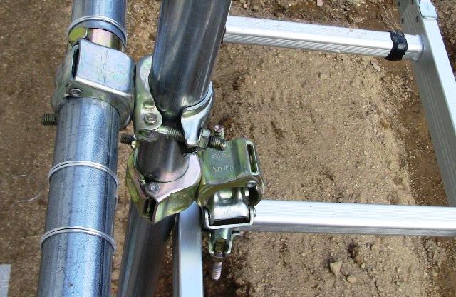 『 水耕栽培やハウス栽培の温室つくり 』 温室,水耕栽培,ハウス栽培,のために温室を作りました。温室キットを購入される方も自分でホームセンターで材料を揃える方にも参考になると思います。..太陽熱温水器を設置するために購入した4段折りたたみアルミハシゴは使い勝手がよく、活躍してくれましたが、今となっては、やや保管に邪魔.....っていう感じだったので、ハシゴも使ってもらって喜んでいる?かも。..