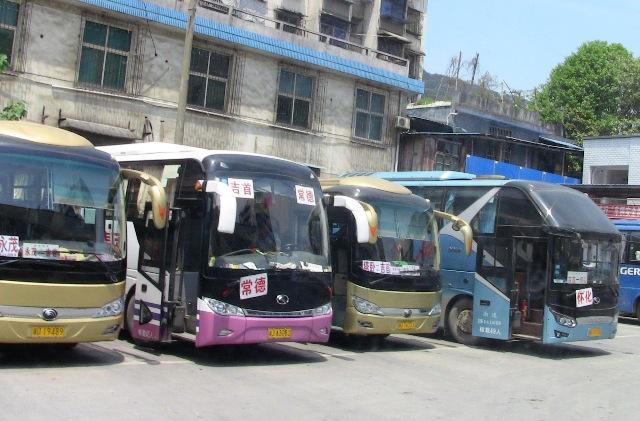 『 湖南省-鳳凰古城を地図を片手に観光する 』 を片手に観光してみました。鳳凰古城までは吉首からバスで向かいました。..鳳凰古城までの切符を買ってバスに乗り込みます。..