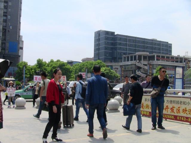 『 湖南省-鳳凰古城を地図を片手に観光する 』 を片手に観光してみました。鳳凰古城までは吉首からバスで向かいました。..吉首から鳳凰古城にバスで向かう..
