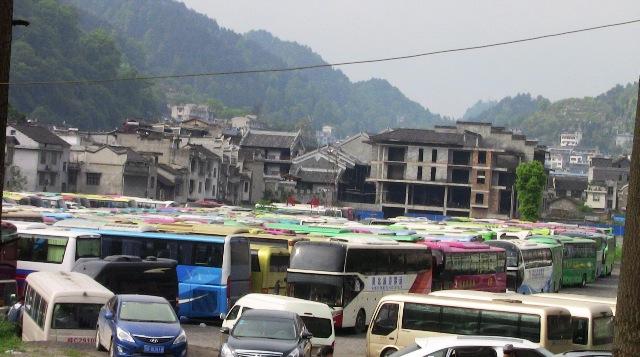 『 湖南省-鳳凰古城を地図を片手に観光する 』 を片手に観光してみました。鳳凰古城までは吉首からバスで向かいました。..虹橋東路大型車駐車場には大型観光バスが並んでいます。数百台というところでしょうか?..