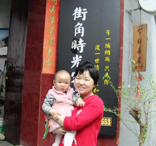 『 湖南省-鳳凰古城を地図を片手に観光する 』 を片手に観光してみました。鳳凰古城までは吉首からバスで向かいました。..女将さんは英語が達者ですよ。また北海道に行ったことがあるそうです。..