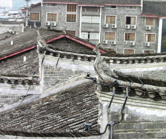 『 湖南省-鳳凰古城を地図を片手に観光する 』 を片手に観光してみました。鳳凰古城までは吉首からバスで向かいました。..食用カエルって淡白で美味しいのですが朝からでは...ね。鳳凰古城の屋根も良く見れば……これって中国神話の伝説の霊鳥鳳凰ですね。そうか、だから鳳凰古城なのか!..