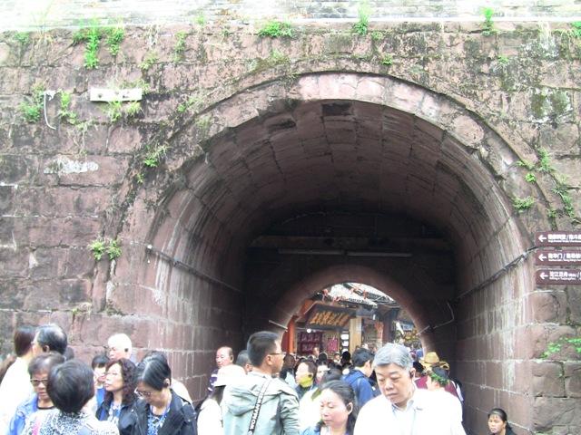『 湖南省-鳳凰古城を地図を片手に観光する 』 を片手に観光してみました。鳳凰古城までは吉首からバスで向かいました。..東門城付近です。人が多くて歩けません。..