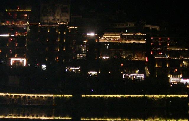 『 湖南省-鳳凰古城を地図を片手に観光する 』 を片手に観光してみました。鳳凰古城までは吉首からバスで向かいました。..対岸の鳳凰古城のホテルや宿の夜景です。..