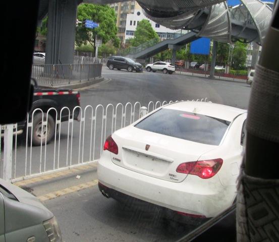 『 湖南省-鳳凰古城を地図を片手に観光する 』 を片手に観光してみました。鳳凰古城までは吉首からバスで向かいました。..バスセンターを出ると高速道路に向かいます。途中、このような車に出会いました。..