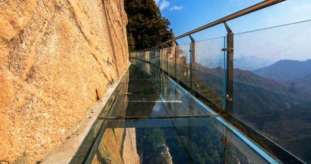 『 【張家界・天門山】ガラスの桟橋とロープウエイと階段に大歓声! 』 張家界,天門山,天門洞…張家界観光で思い出に残る一コマです。ロープウェイ,エスカレーター,階段,ガラス..天気が良かったらこのような景色が見えたのにね。..