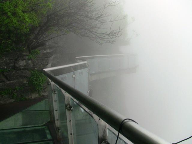 『 【張家界・天門山】ガラスの桟橋とロープウエイと階段に大歓声! 』 張家界,天門山,天門洞…張家界観光で思い出に残る一コマです。ロープウェイ,エスカレーター,階段,ガラス..降りるにはちょっと早いかなということで東線のガラスの橋(东线玻璃桥)から天門山寺に向かいます。..