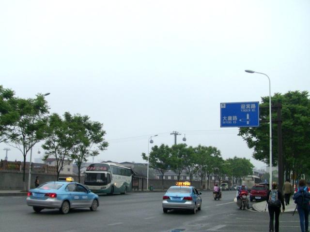 『 中国.張家界から武陵源に行ってみた 』 ..張家界バスセンター朝は早めに出発しましたが、既に道路脇にはツアーのバスが待機しています。またグループで観光に来ている方も既に出発しています。..