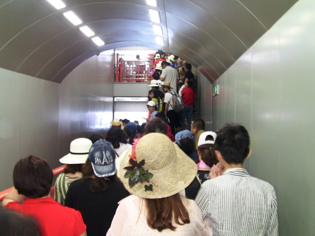 『 中国.張家界から武陵源に行ってみた 』 ..一時ストップです。エレベータに乗る順番待ちです。..