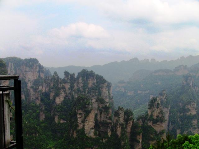 『 中国.張家界から武陵源に行ってみた 』 ..あっというまに眺めが変わり張家界の雄大な景色が眼前に広がりました。感激!(^^♪..