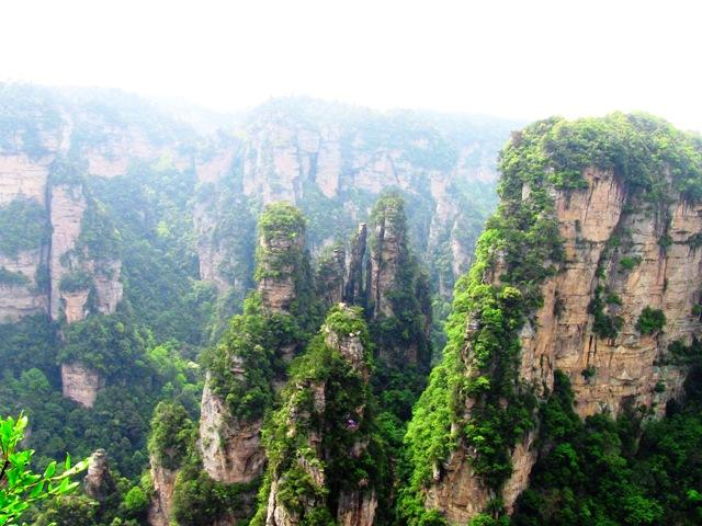 『 中国.張家界から武陵源に行ってみた 』 ..柵はあるのですが身もすくむような断崖絶壁に沿って歩いていきます。..