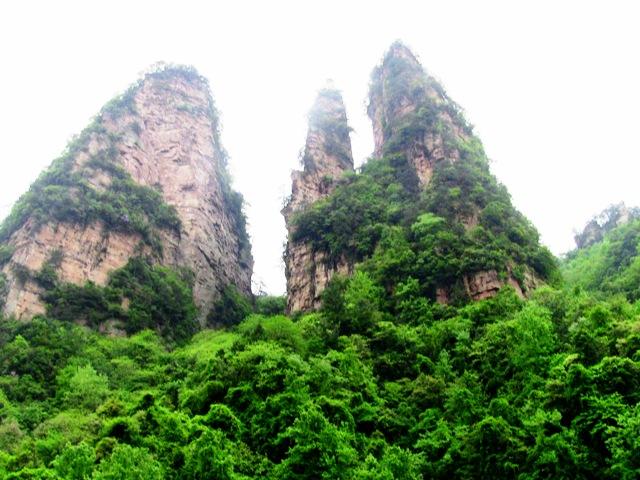 『 中国.張家界から武陵源に行ってみた 』 ..世界遺産 自然森林公園いきなり張家界,武陵源観光パンフレットで見かける景色が目の前に広がります。..