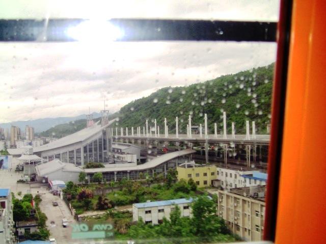 『 【張家界・天門山】ガラスの桟橋とロープウエイと階段に大歓声! 』 張家界,天門山,天門洞…張家界観光で思い出に残る一コマです。ロープウェイ,エスカレーター,階段,ガラス..乗り込んですぐに張家界駅を見下ろすことが出来ます。..
