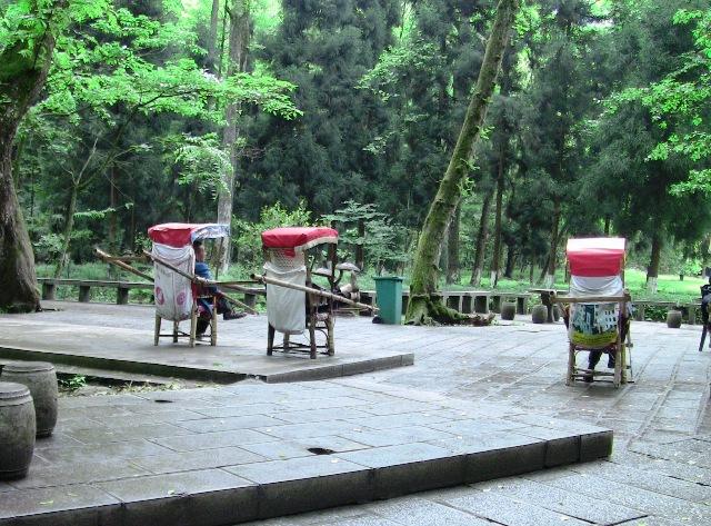 『 中国.張家界から武陵源に行ってみた 』 ..あれ?籠ですね?これなら楽ちんですが、少々お値段も張るようです。..