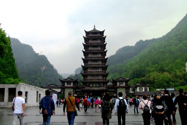 『 【武陵源】百龍エレベーターが凄すぎて絶句!入場料と行き方 』 ..道路両脇には大型観光バスが停車しています。観光客も多くなってきました。..