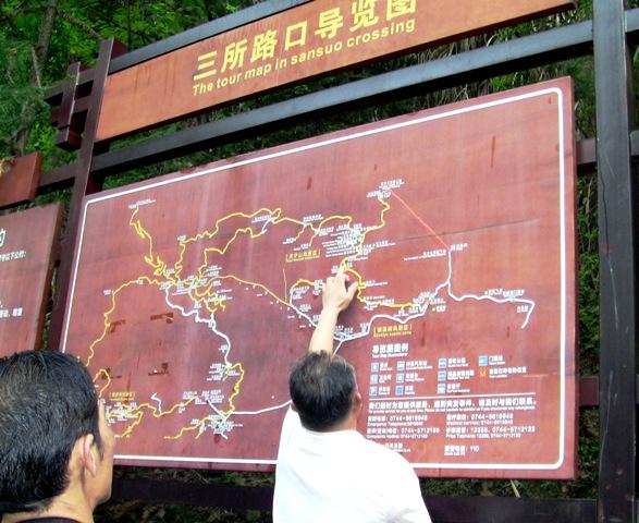 『 【武陵源】百龍エレベーターが凄すぎて絶句!入場料と行き方 』 ..登山コースの入り口付近です。なにやら指差しています。そこに向かおうとしているのでしょうか。..