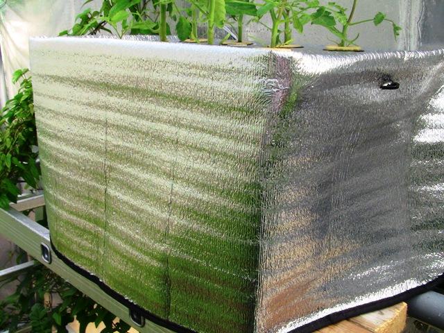 『 噴霧式(エアロポニック)水耕栽培装置を自作してみた 』 について詳しく記しています。**太郎よりずっと大きく相当リーズナブルです。..また、穴を開けた平版は太陽光ガードの内面に位置確認後、貼り付けます。保護シートは部分的に両面テープで貼り合わせます。..
