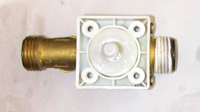 『 電磁弁(ソレノイド)が故障したので修理とメンテナンスしました。 』 ..電磁石の部分を外すと、白い合成樹脂で出来たコアを見ることが出来ます。このコアの中をステンレス芯が移動することで水流をコントロールする仕組みです。..