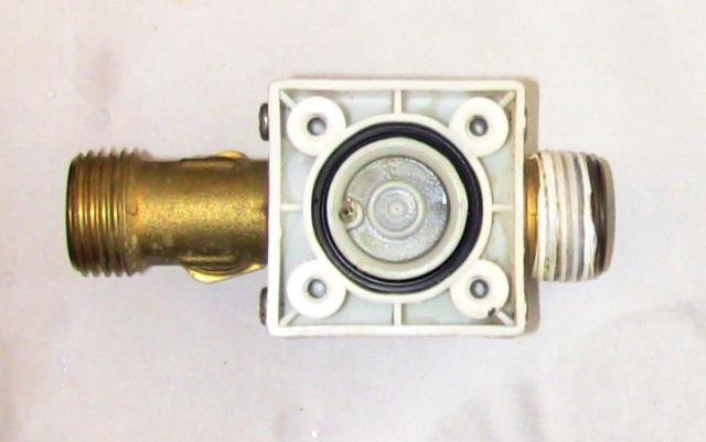 『 電磁弁(ソレノイド)が故障したので修理とメンテナンスしました。 』 ..樹脂を引っ張ることで簡単に外せます。..
