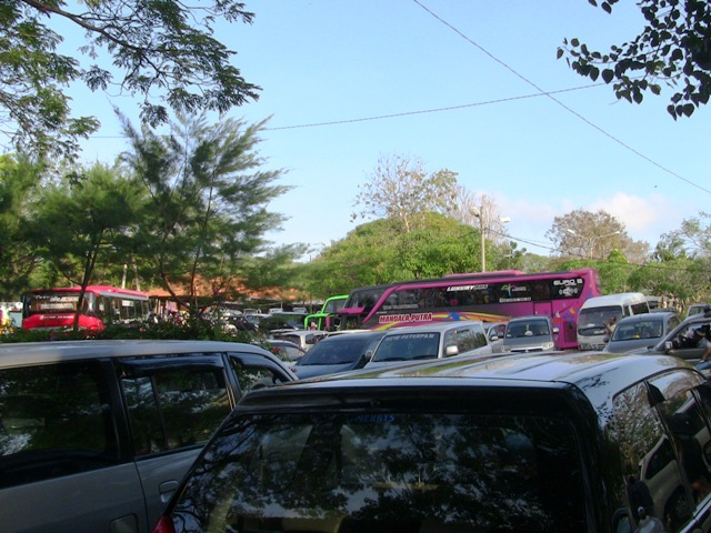 『 パフォーマンス最高!バリ島のケチャダンス 』 どうも、バリ島案内人のカズです。(何故か案内人になりました)..広大な駐車場ですが、バリで最も人気のスポットですので殆ど駐車するスペースがありません。..