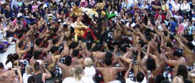 『 パフォーマンス最高!バリ島のケチャダンス 』 どうも、バリ島案内人のカズです。(何故か案内人になりました)..かなりリズミカルな身振りと声によるパフォーマンスで観客も引き込まれていきます。..
