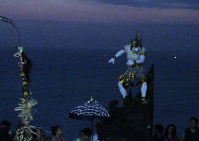 『 パフォーマンス最高!バリ島のケチャダンス 』 どうも、バリ島案内人のカズです。(何故か案内人になりました)....