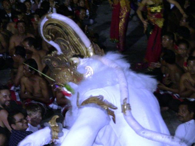 『 パフォーマンス最高!バリ島のケチャダンス 』 どうも、バリ島案内人のカズです。(何故か案内人になりました)..カッコよく登場した白猿ハノマンは何と観客席へ……...