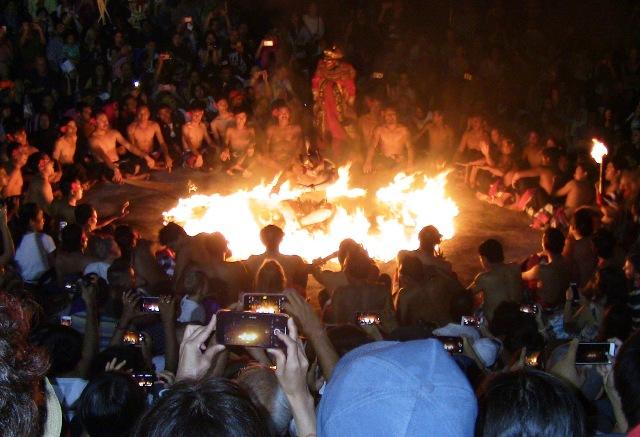 『 パフォーマンス最高!バリ島のケチャダンス 』 どうも、バリ島案内人のカズです。(何故か案内人になりました)..観客も盛り上がったところで、ケチャはクライマックスを迎えます。白猿ハノマンは妃のシータを見つけ出し魔王の宮殿を壊すも、捕らえられて焼き殺されることに…..
