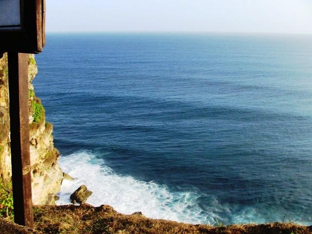 『 パフォーマンス最高!バリ島のケチャダンス 』 どうも、バリ島案内人のカズです。(何故か案内人になりました)..ウルワツ寺院はインド洋に面した断崖絶壁の上に建造されています。..