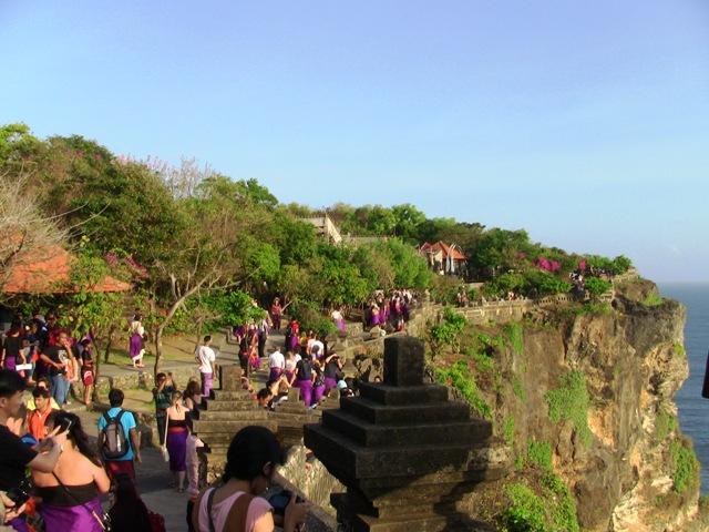 『 パフォーマンス最高!バリ島のケチャダンス 』 どうも、バリ島案内人のカズです。(何故か案内人になりました)..ケチャダンスの広場は断崖絶壁に沿って歩いた島の最先端にあります。..