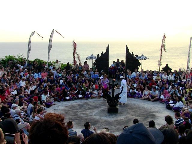 『 パフォーマンス最高!バリ島のケチャダンス 』 どうも、バリ島案内人のカズです。(何故か案内人になりました)..もうすぐ開演です。スタンドに座れない観光客も多いですね。..