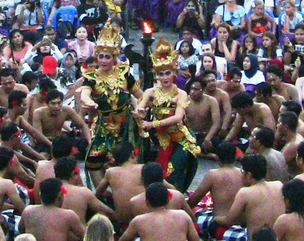 『 パフォーマンス最高!バリ島のケチャダンス 』 どうも、バリ島案内人のカズです。(何故か案内人になりました)..開演後、男衆の盛り上がりの中、妃のシータの登場です。..