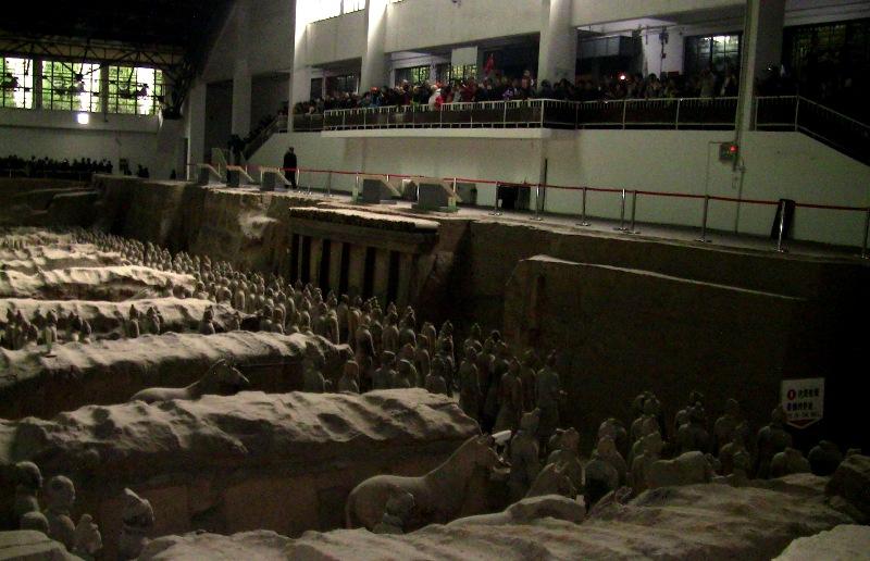 『 北京首都国際空港から西安の兵馬俑に行ってみる 』 ..とあるツアーサイトでは一号兵馬俑坑の最高のビューポイントは両サイドコーナーとの記述がありますが、実はそんなことはありません。..