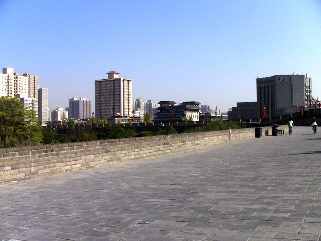 『 【西安.城壁】南門は美人モデルさんでいっぱい!入場料と登り方 』 ..建国門からは西安城壁に登れませんので、この辺りまで来ると人もまばらです。..
