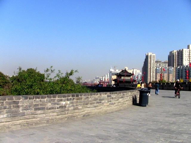 『 【西安.城壁】南門は美人モデルさんでいっぱい!入場料と登り方 』 ..ようやく最初の城壁角まで来ました。..
