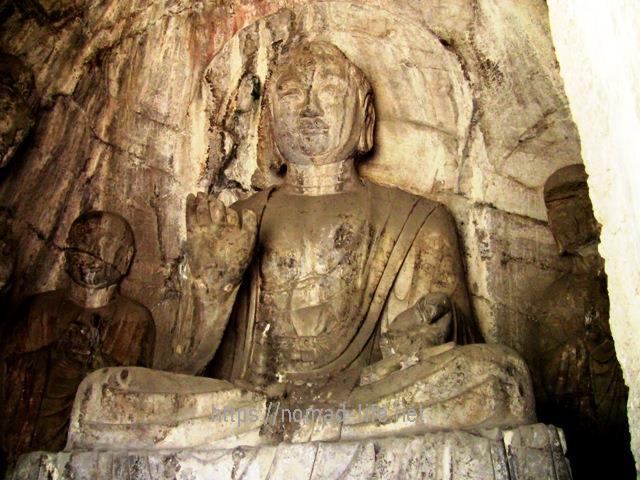 『 【洛陽観光】龍門石窟ツアーでなく地図を頼りに行ってみた 』 ..高さ7.8Mの阿弥陀仏は豊満な表情をしています。..