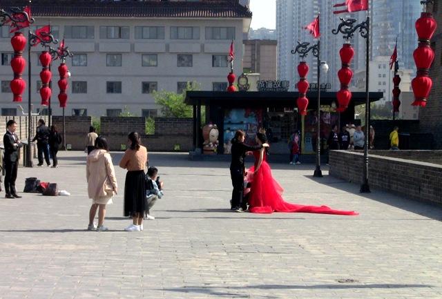 『 【西安.城壁】南門は美人モデルさんでいっぱい!入場料と登り方 』 ..左の男性は新郎さんっぽいですね。..