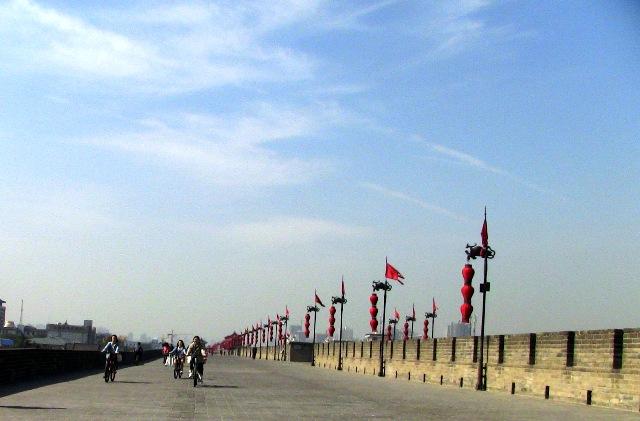 『 西安城壁永寧門は美人モデルさんでいっぱい!料金と登り方 』 ..元々の安遠門は辛亥革命で破壊され現在の安遠門は1983年に修復されたものです。その北門通りに入りました。..