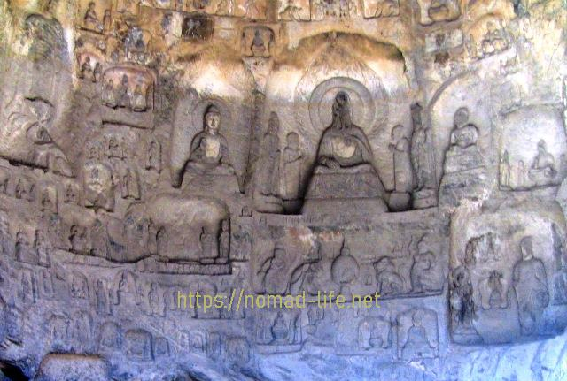 『 【洛陽観光】龍門石窟ツアーでなく地図を頼りに行ってみた 』 ..周囲にも様々な仏像が彫られています。..